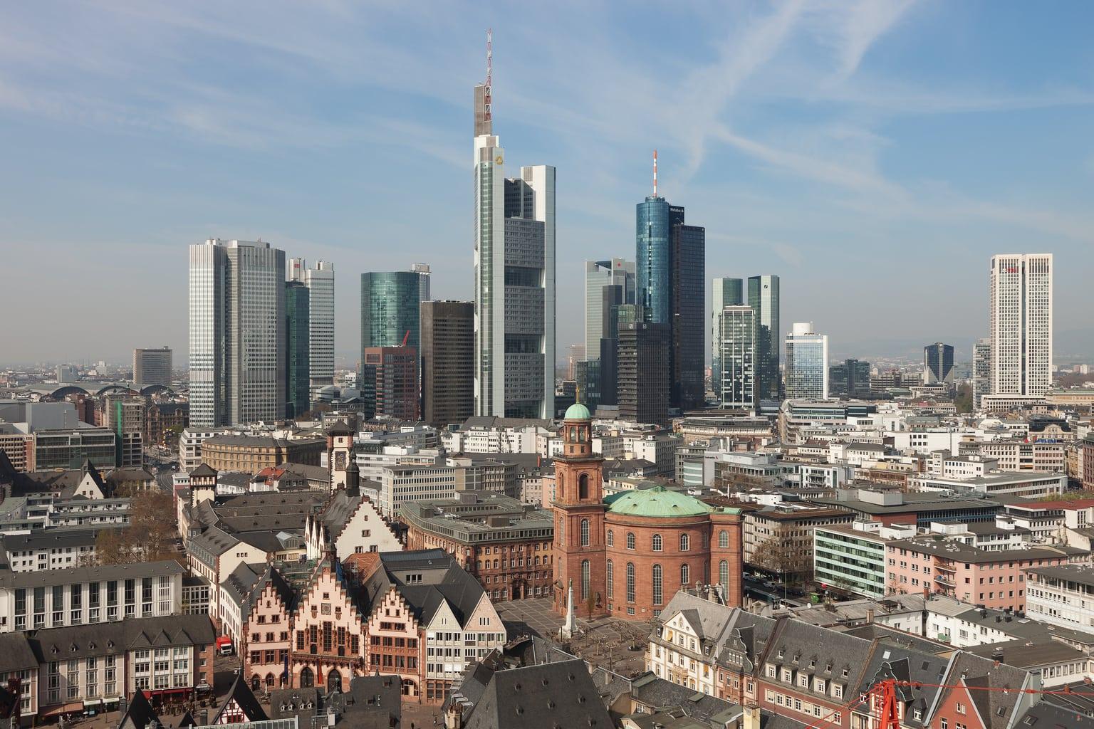 Frankfurter_Altstadt_mit_Skyline_2012-04